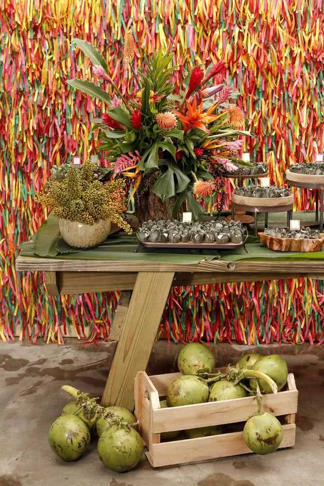 Uma festa tropical pede por helicônias e bromélias