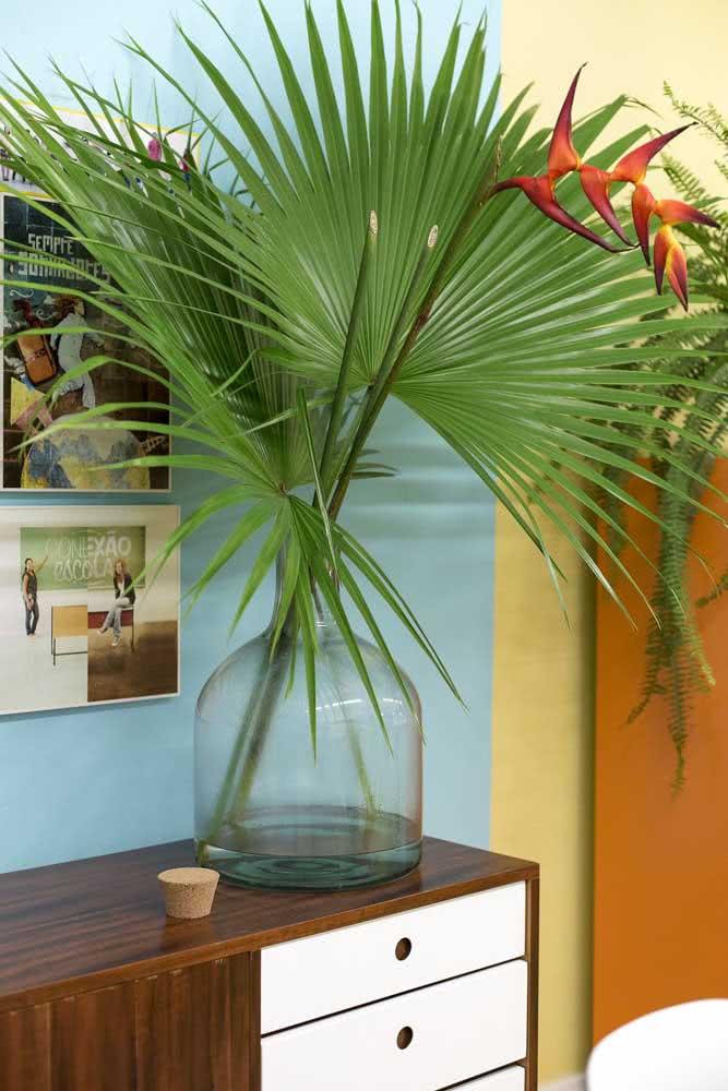 Um arranjo que é pura brasilidade: helicônias e folhas de palmeira