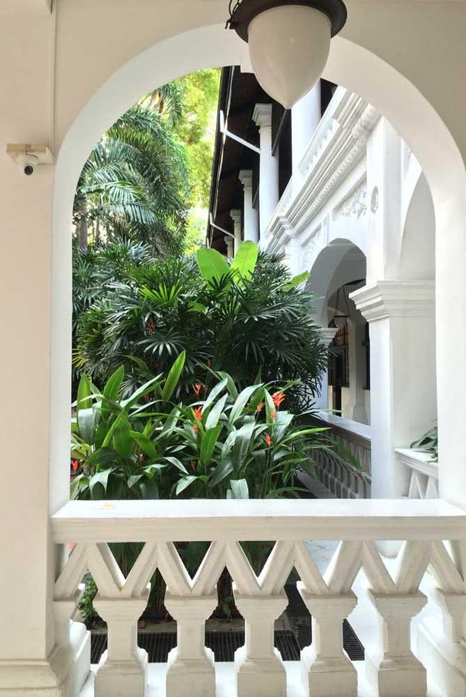 Uma casa clássica, mas de jardim tropical