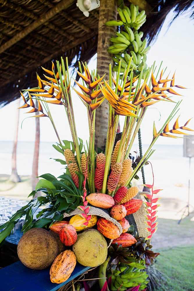 Helicônias, bromélias e muitas frutas: tá aí a receita de uma decoração tropical