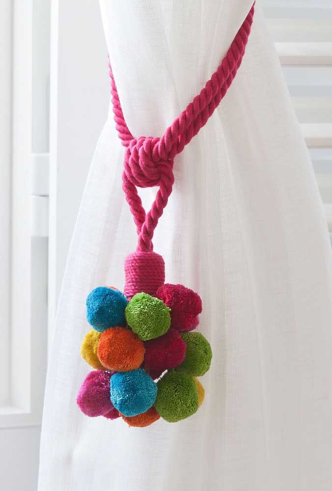 O charme dos pompons de lã amarrando a cortina