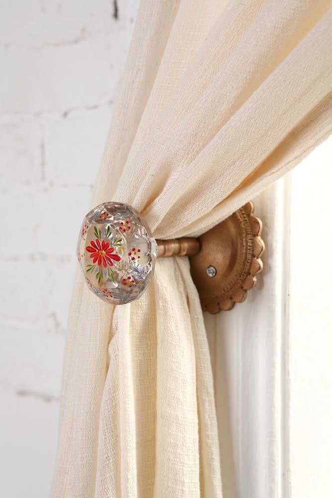 Prendedor de cortina fixo na parede. Você pode usar puxadores de armário para essa mesma função