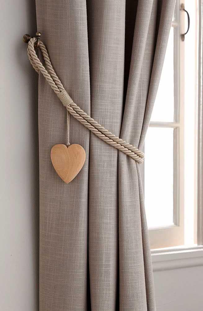 Uma corda e um coração de madeira! Com materiais simples você faz um prendedor de cortina lindo e elegante