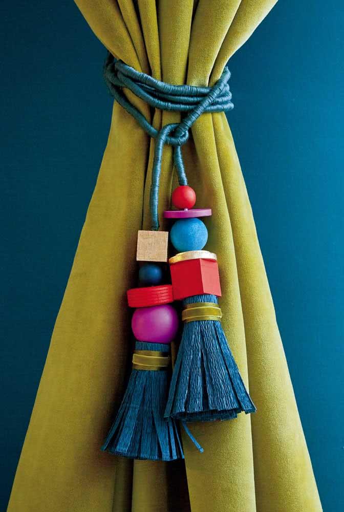 Com uma corda e miçangas você cria o prendedor de cortina que lhe der na cabeça
