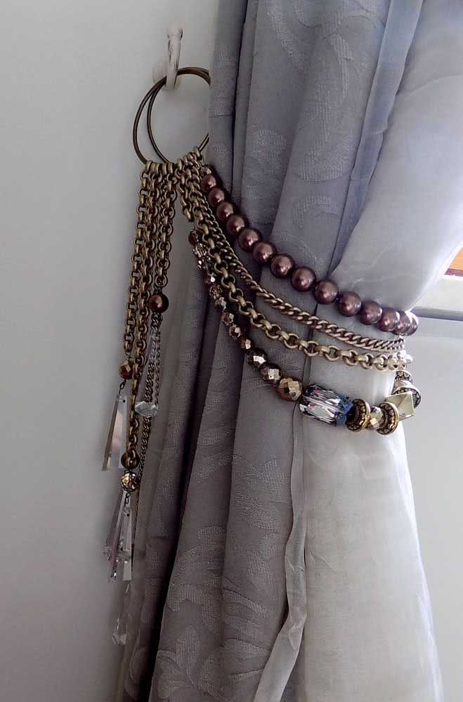 Pedras e correntes para amarrar a cortina com muito estilo