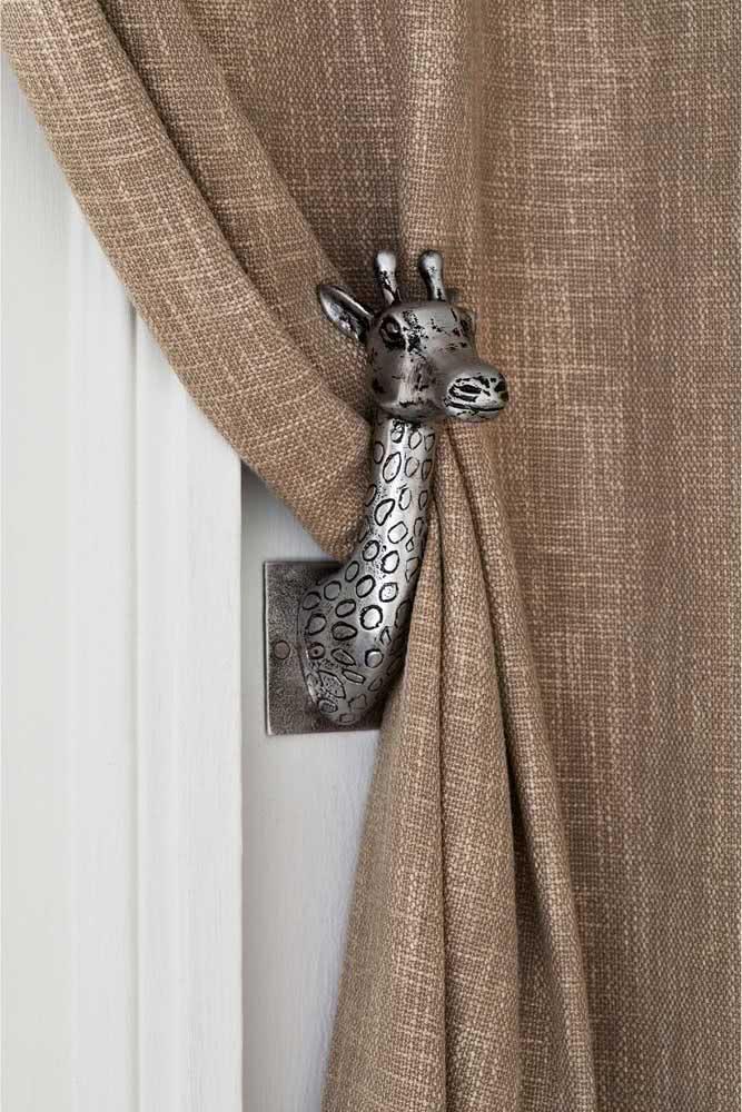 E depois do ursinho, a dica agora é usar uma girafinha como prendedor de cortina