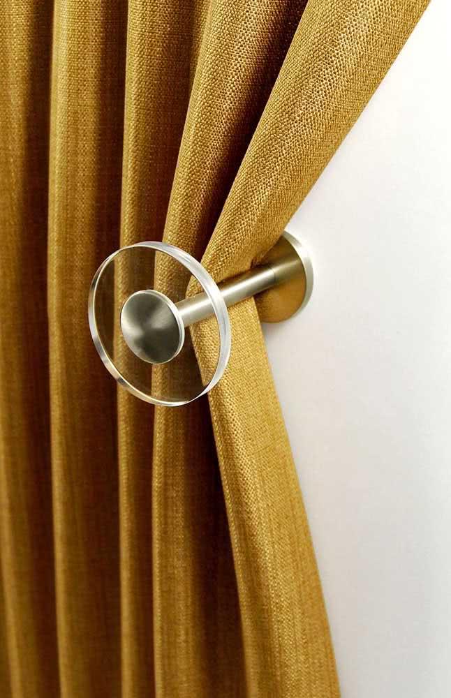 Que tal um pouco de minimalismo no prendedor de cortina? Esse aqui, por exemplo, é de vidro e possui um design clean e elegante