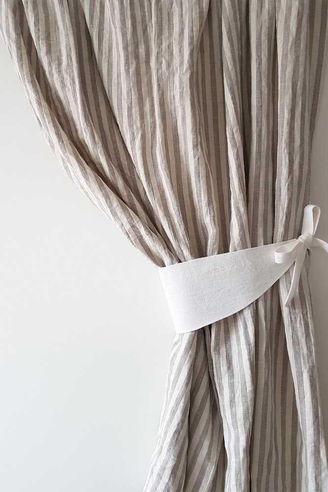 Uma tira simples de tecido pode se tornar um lindo prendedor de cortina. Pense nisso!