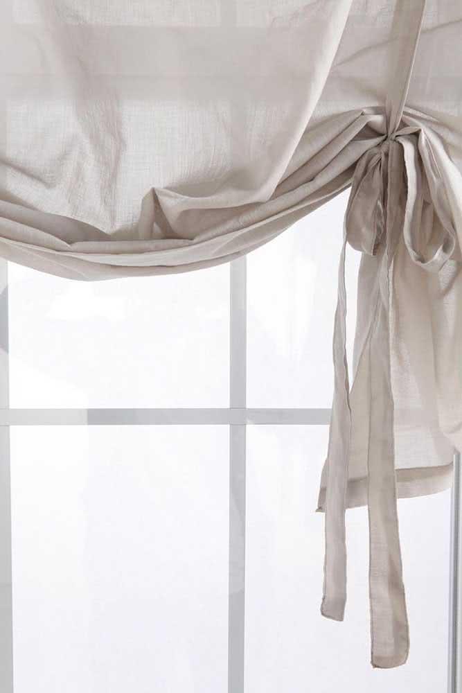 Ou se preferir use uma tira do próprio tecido da cortina para o prendedor