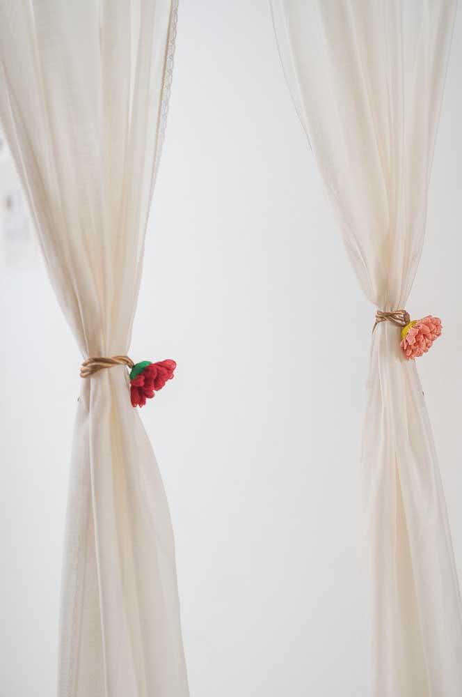 Prendedor de cortina em crochê: as flores garantem o toque de delicadeza e romantismo no ambiente