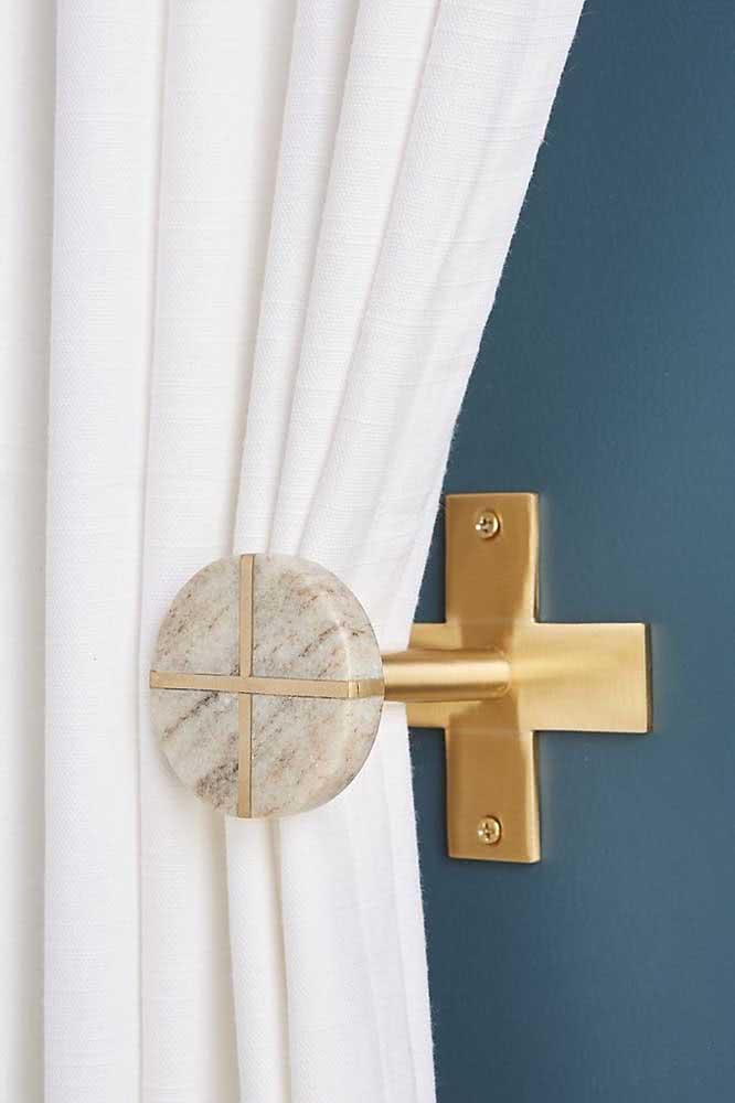 Que tal um prendedor de cortina em mármore e metal?