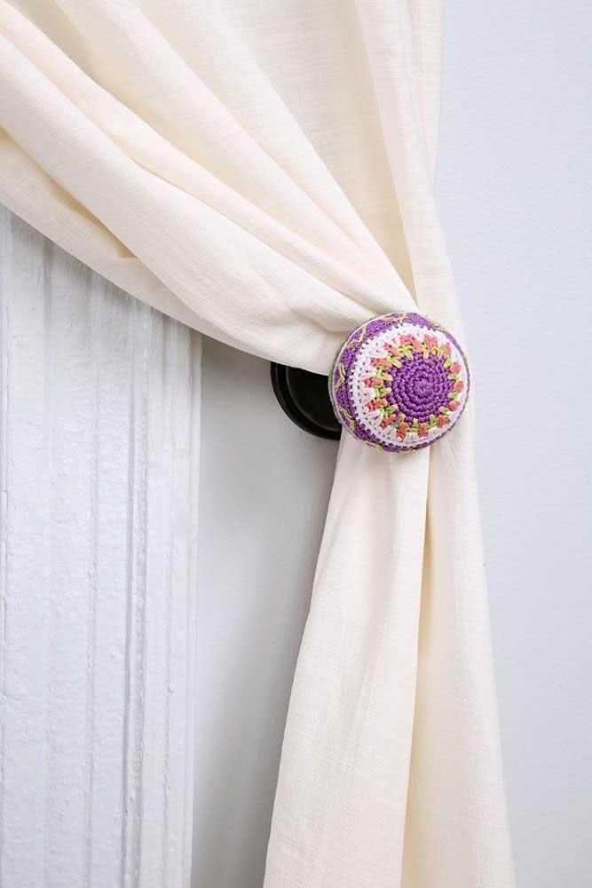Prendedor de cortina fixado na parede: simples e bonito