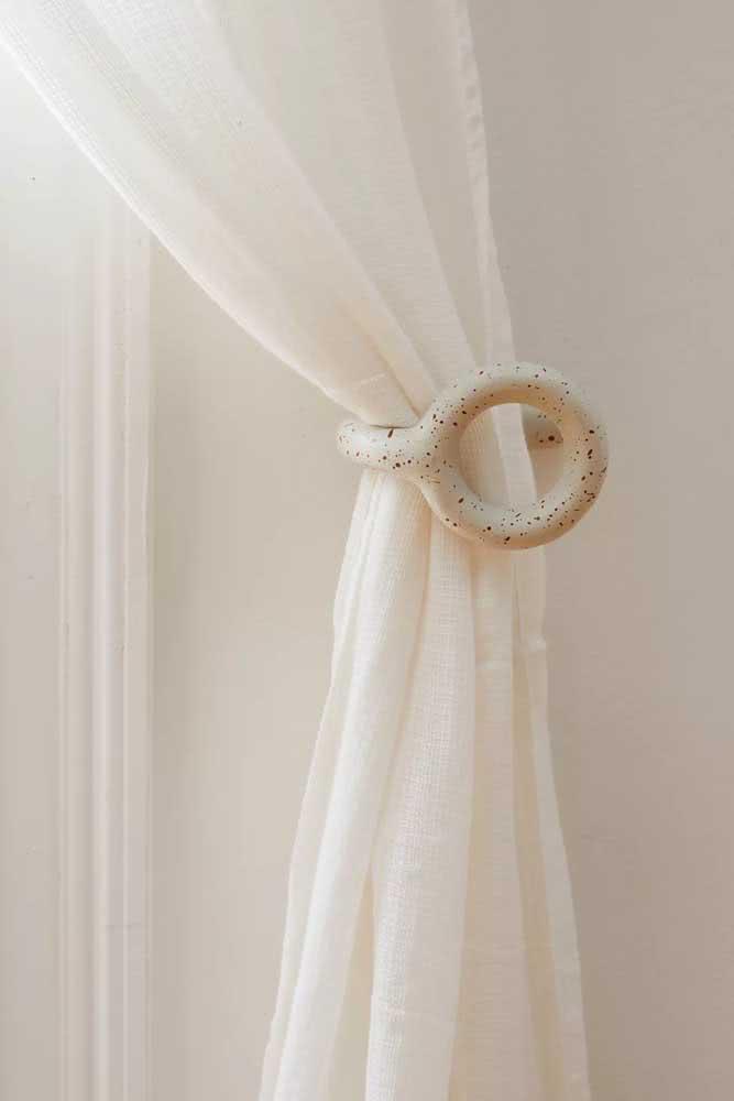 Prendedor de cortina feito em cerâmica para fixar na parede