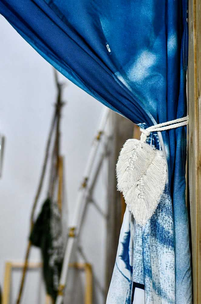 Prendedor de cortina em macramê. Repare na delicadeza das folhas feitas à mão