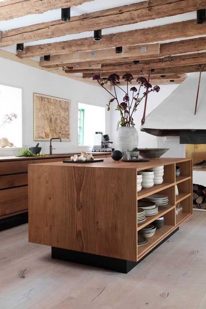 Cozinha de madeira para combinar com o estilo rústico do ambiente