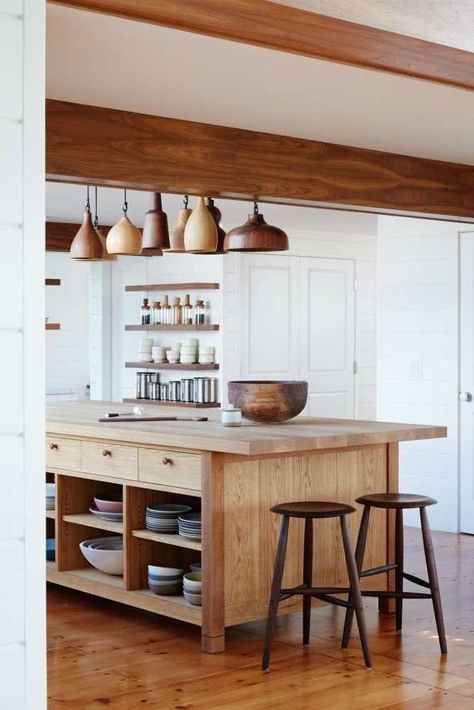 Aqui, a cozinha de madeira se completa com os detalhes também em madeira