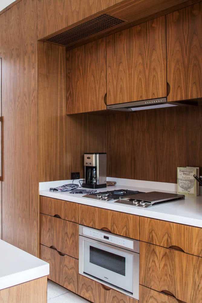 Cozinha de madeira escura e moderna