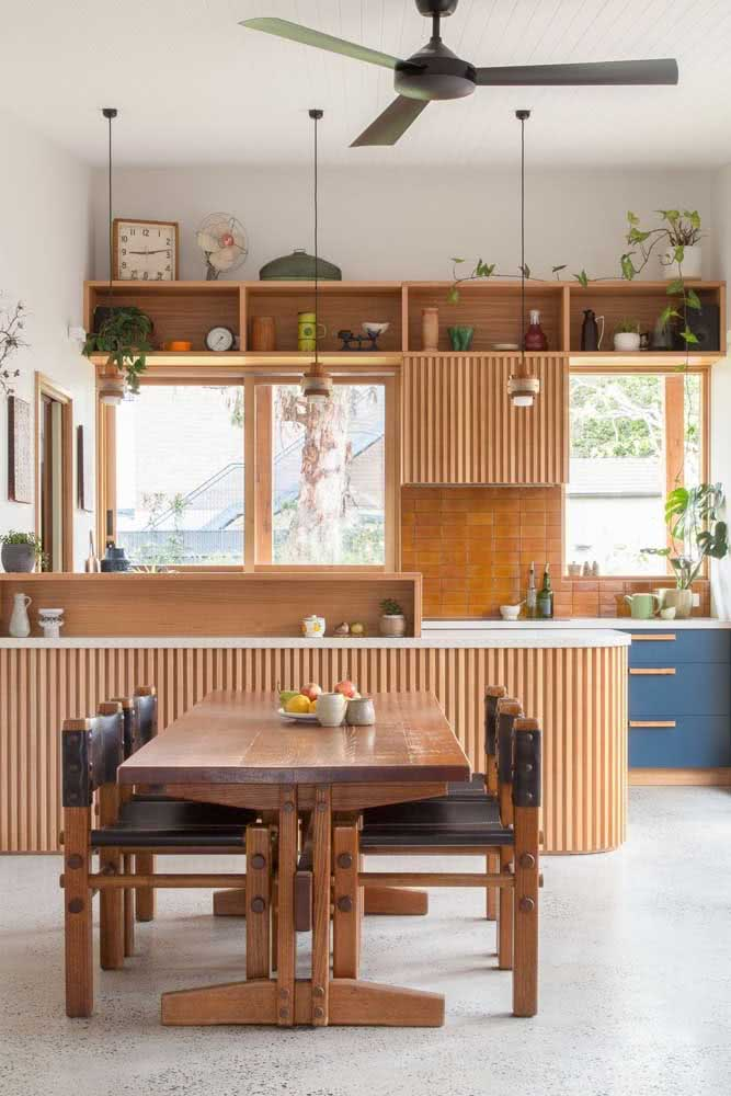 Cozinha com armários e mesa de madeira: conjuntinho completo