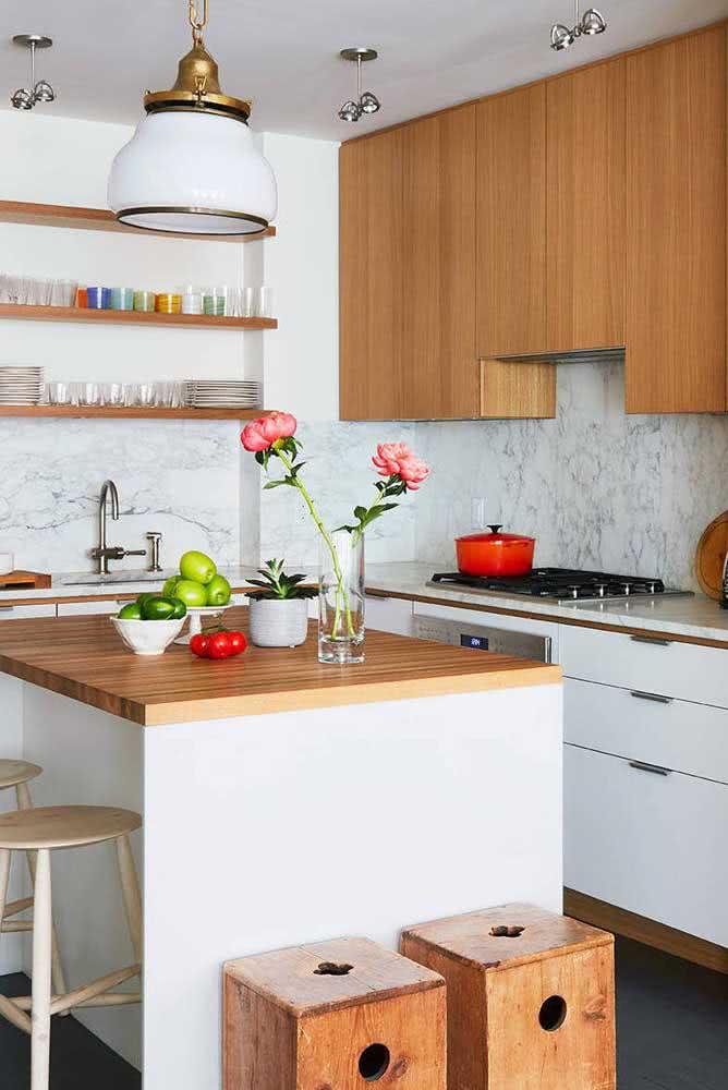 Prateleiras e bancos de madeira completam o visual dessa cozinha