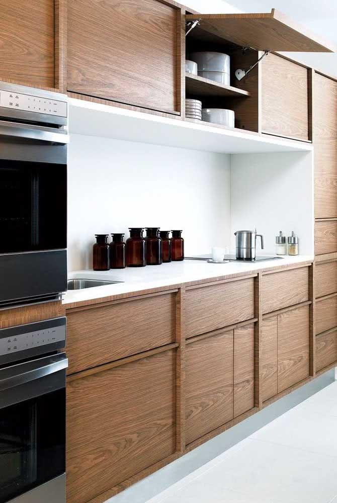Armário de cozinha de madeira maciça: moderno e funcional