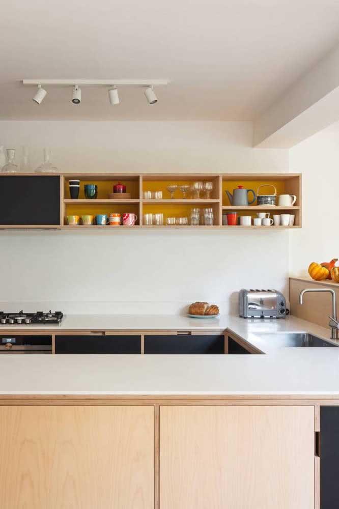 Cozinha em L de madeira com nichos abertos