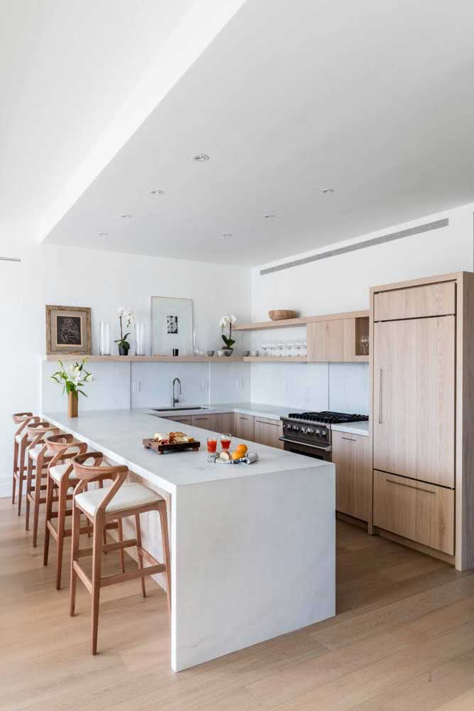 Cozinha planejada de madeira com balcão para refeições