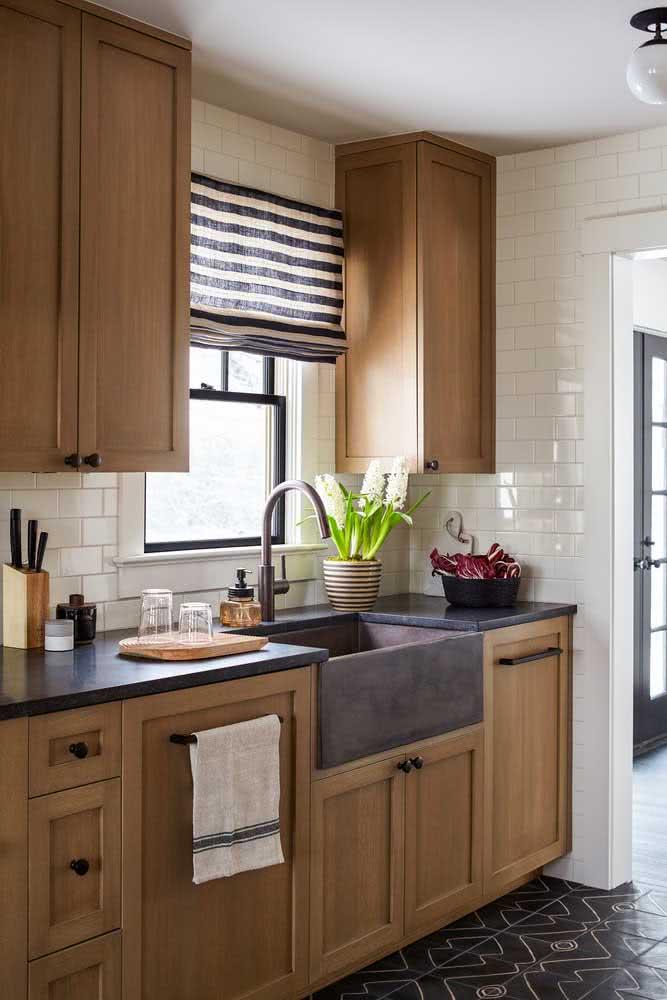 Super charmosa, essa cozinha de madeira exibe marcenaria clássica e rústica