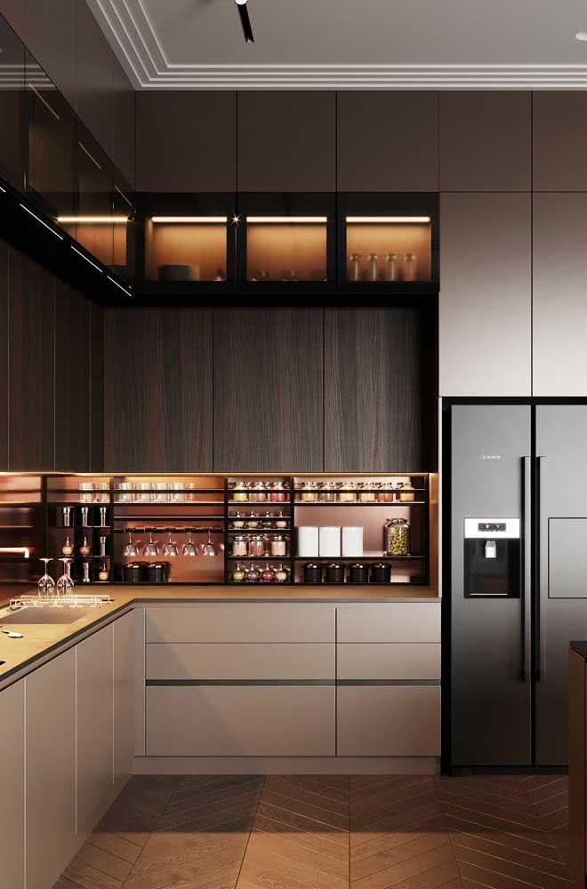 A iluminação indireta é o destaque dessa outra cozinha de madeira