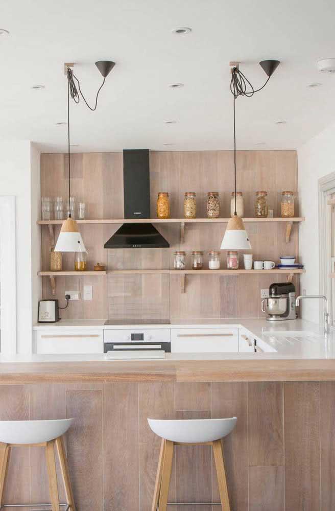 Combinar a cozinha de madeira com iluminação natural é garantia de sucesso