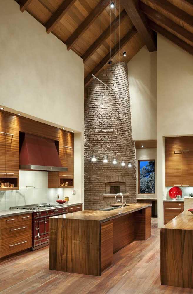 Cozinha de madeira rústica com direito a forno de tijolinhos