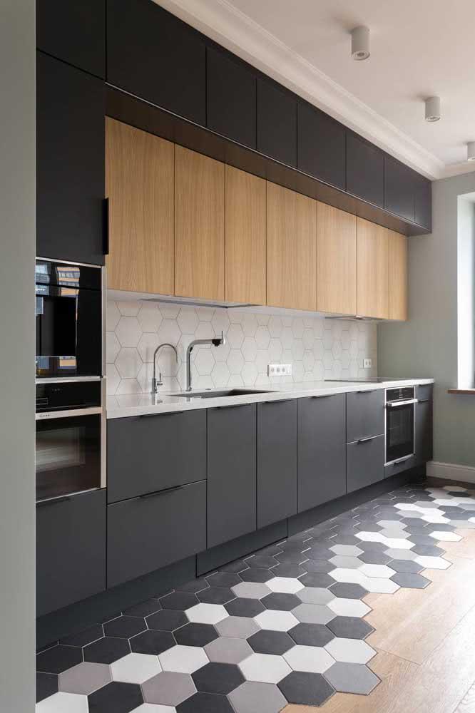 Já aqui, a cozinha moderna mescla partes em madeira com partes em MDF preto