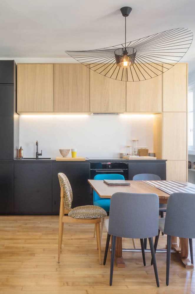 Valorize a cozinha de madeira com fitas de LED sob os armários