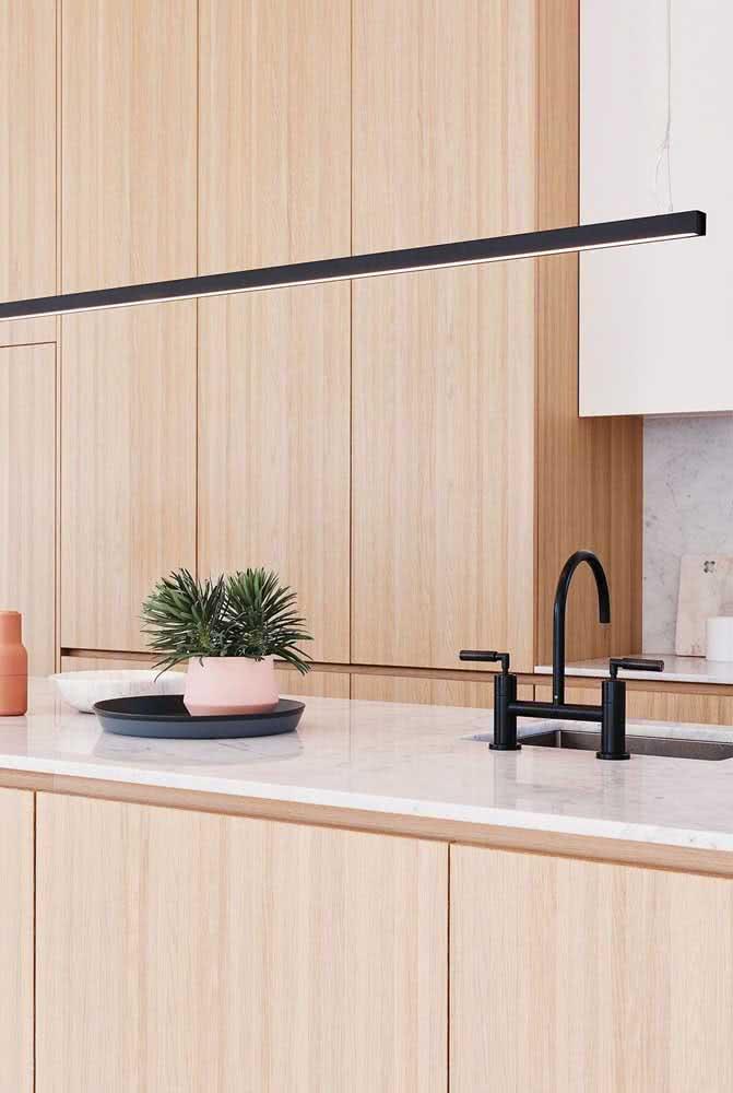 Já a madeira clara traz amplitude para a cozinha