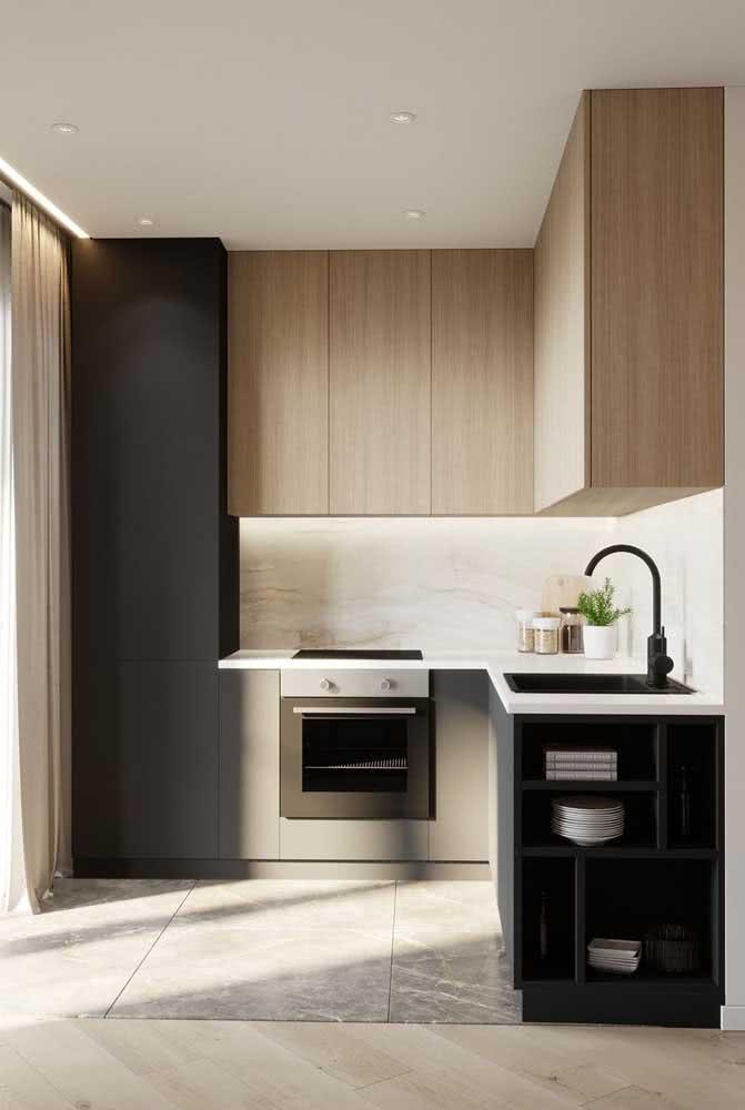 Cozinha de madeira pequena e de linhas retas e modernas