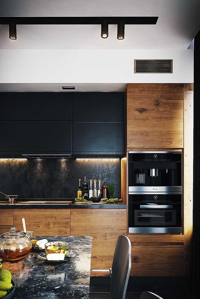 Que tal combinar a cozinha de madeira com uma mesa de mármore?