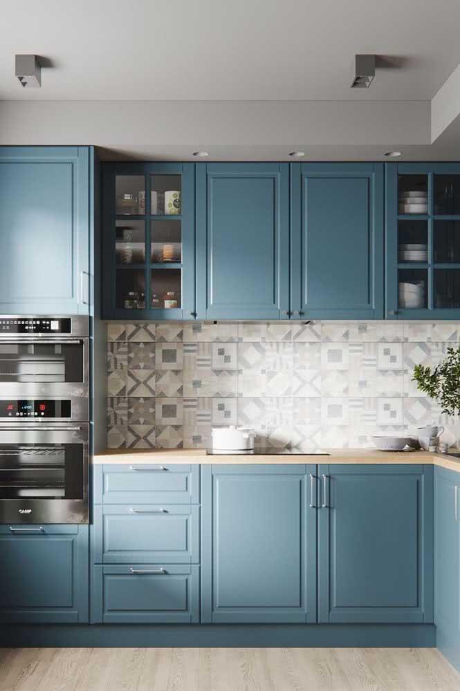 Cozinha de madeira azul clara. Viu como a madeira aceita muito bem a pintura?