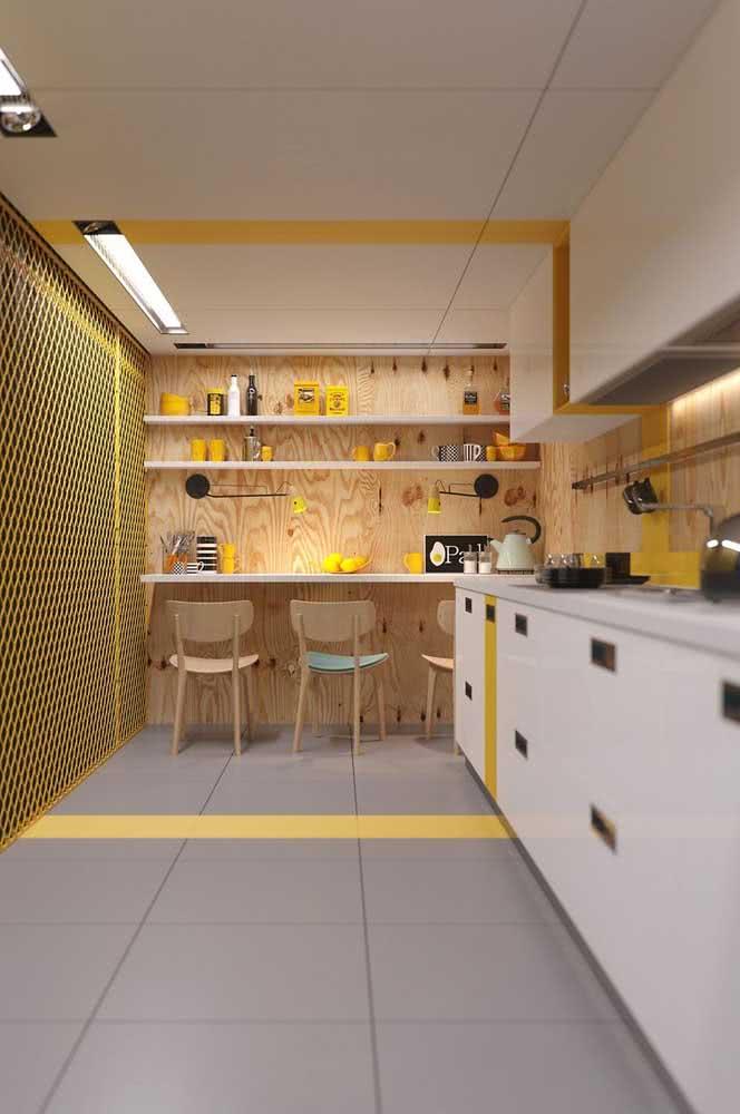 Cozinha de madeira branca combinada a parede de madeira pinus
