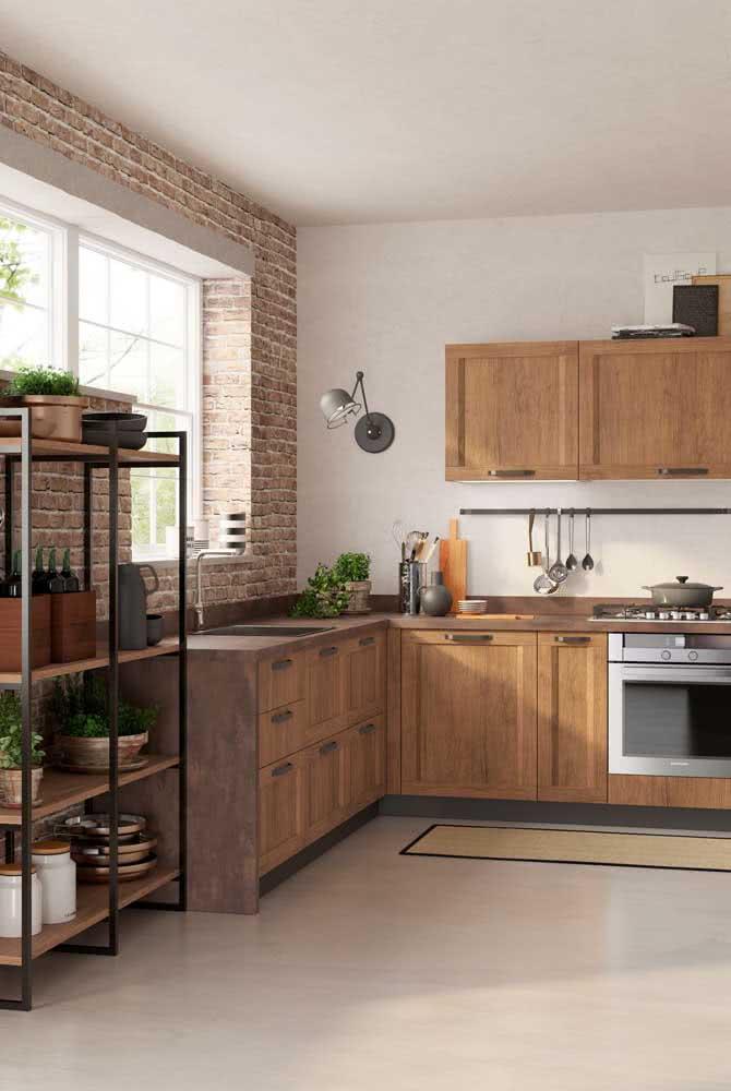 A parede de tijolinhos é a companhia perfeita dos armários de madeira