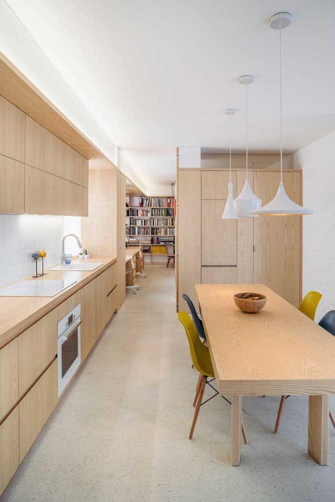 A cozinha pequena foi valorizada pelos armários de madeira clara