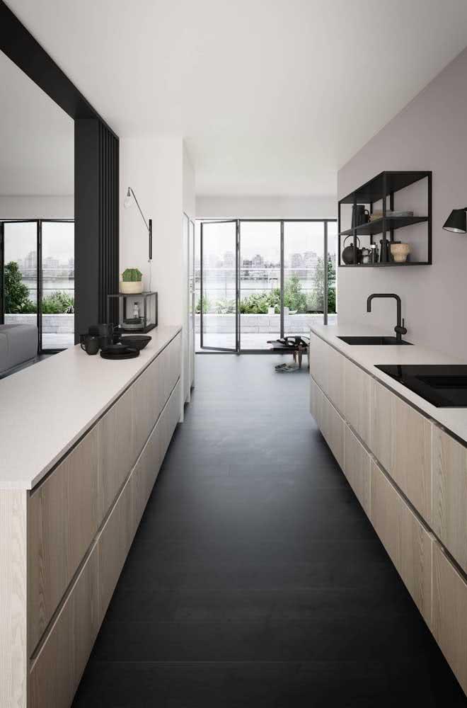 Cozinha de madeira com detalhes em preto: chiquérrima!