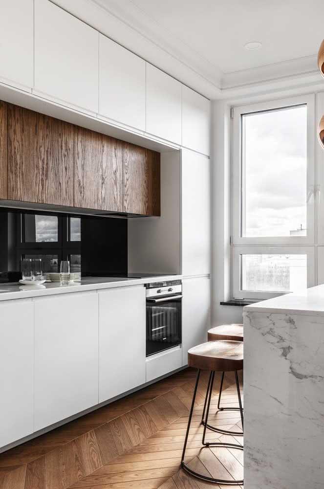 MDF branco e madeira combinados: uma boa opção para diminuir o custo total da cozinha