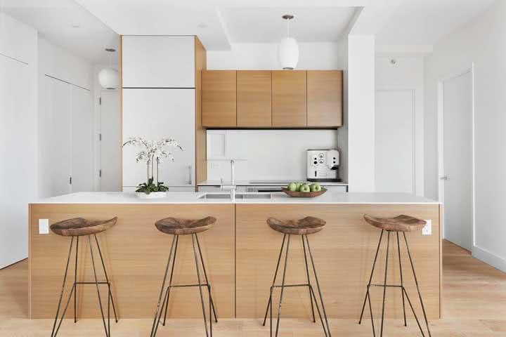 As paredes brancas garantem todo o destaque para a cozinha de madeira
