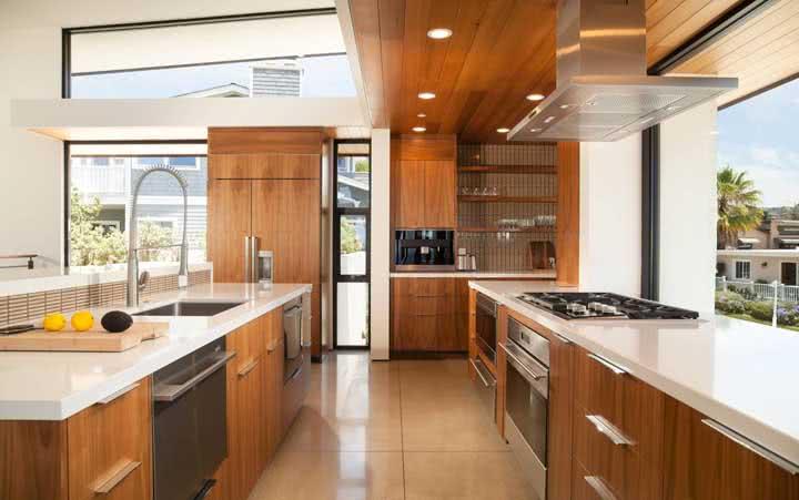O porcelanato também é uma ótima opção de piso para a cozinha de madeira