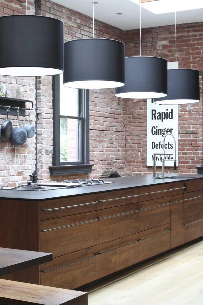 A cozinha moderna de estilo industrial também cedeu ao charme dos armários de madeira
