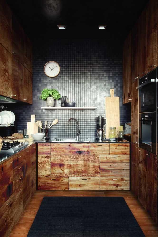 Cozinha de madeira de demolição em contraste com o revestimento moderno