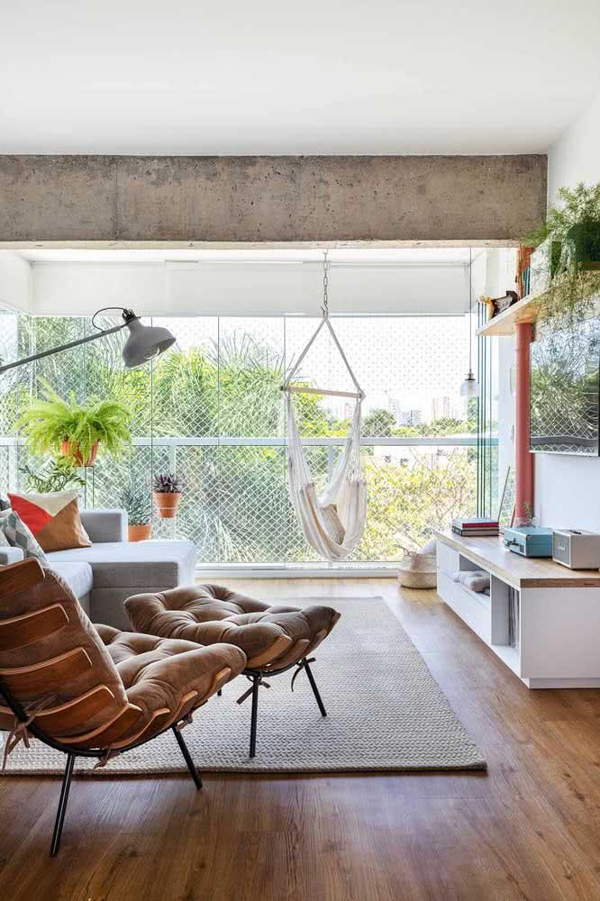 Poltrona costela com pufe na sala de estar. Perfeita para relaxar, ler ou simplesmente contemplar a vista
