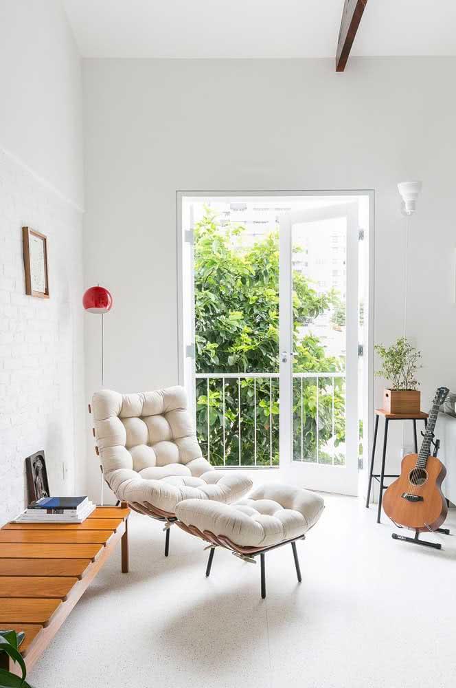 Poltrona costela branca para os fãs de peças modernas com toque minimalista
