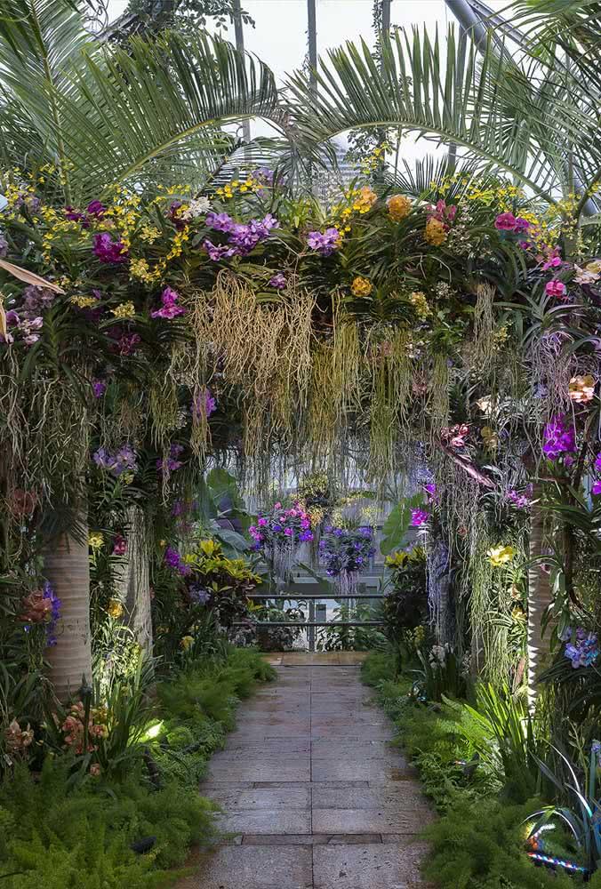 E o que acha de uma decoração de casamento com orquídeas bambu? Aqui, elas formam um lindo arco na recepção