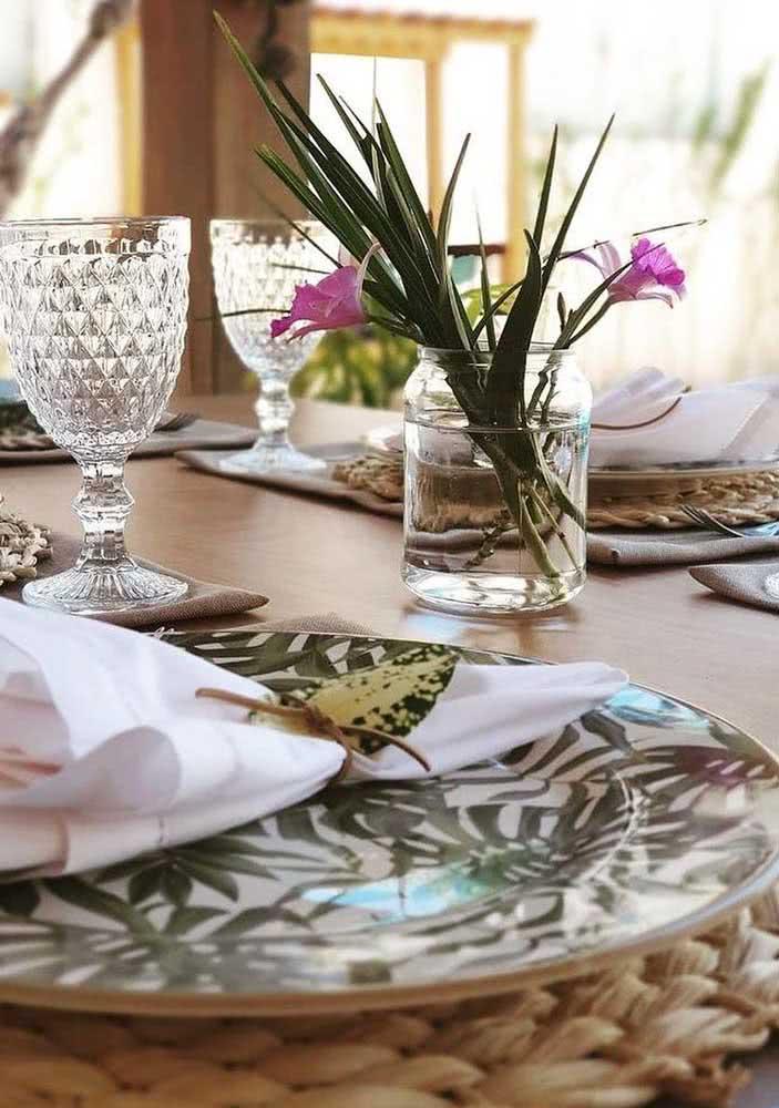 A mesa de jantar fica perfeita com os pequenos vasinhos de orquídeas bambu