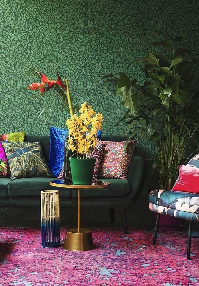 Já para a sala de estar colorida e contemporânea, a dica é usar um vaso de orquídea bambu amarela que contraste com os demais elementos da decoração